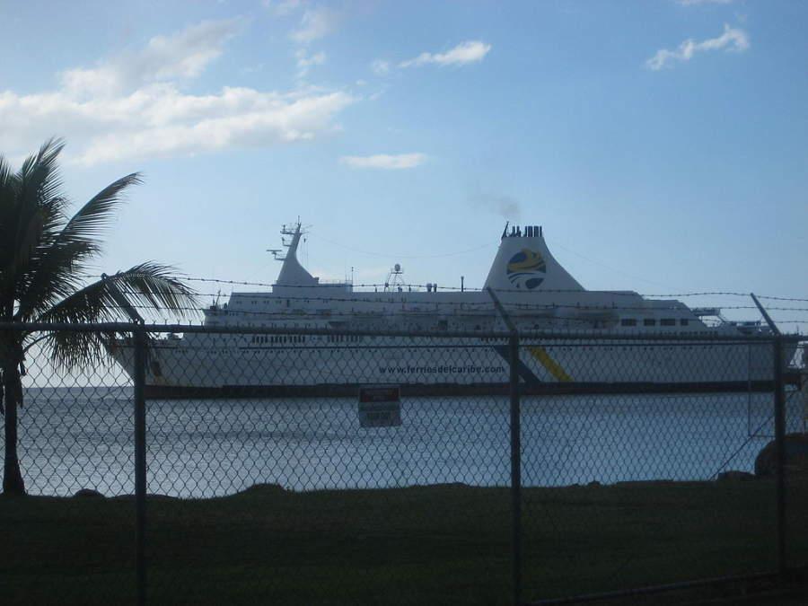 Ferry arribando al puerto de Mayagüez