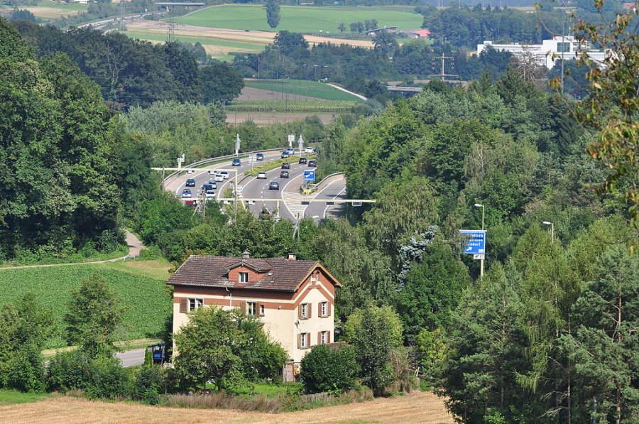 Rümlang se ubica en la zona del valle de Glatt