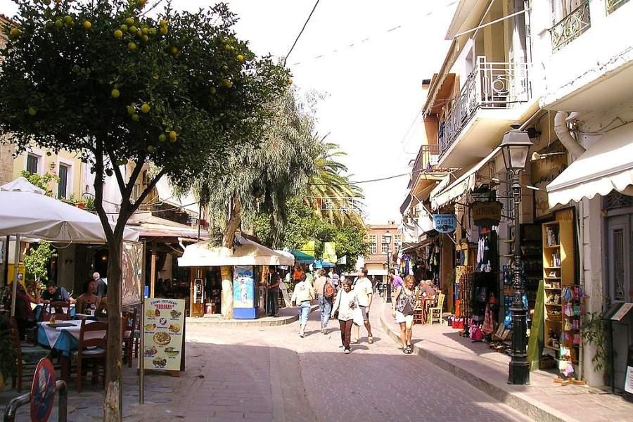 Comercios en una calle del centro de Rétino