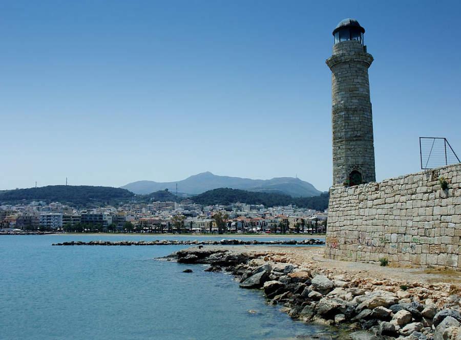 Puerto veneciano y faro del siglo XVI en Rétino