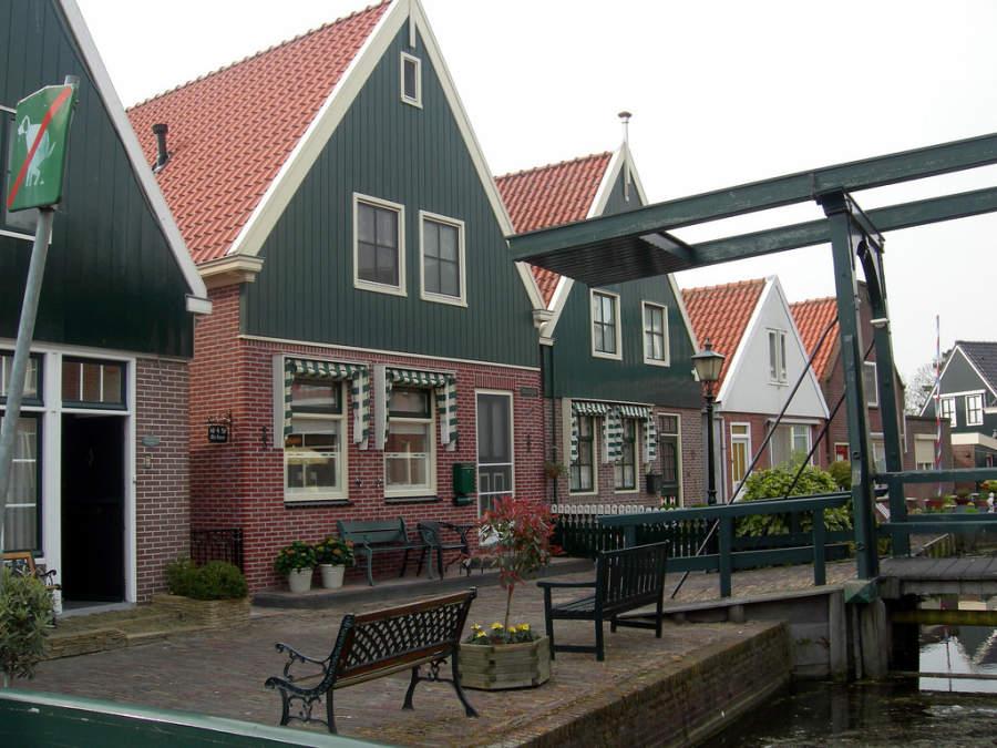 Toma la foto de las casas típicas de Volendam