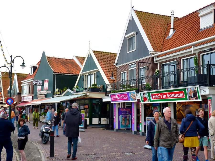 Recorre las calles de la ciudad portuaria de Volendam
