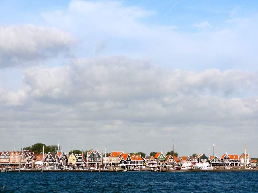 Casas típicas en la ciudad portuaria de Volendam
