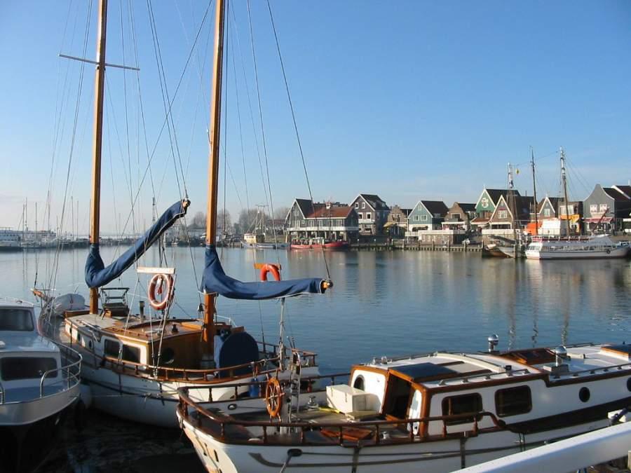 Lanchas en el puerto de Volendam