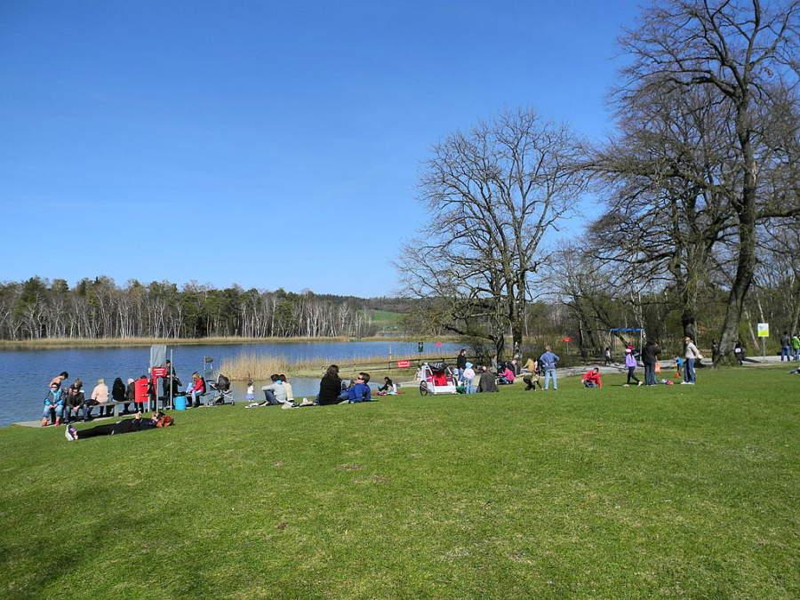 Zonas ajardinadas a orillas del lago Katzensee