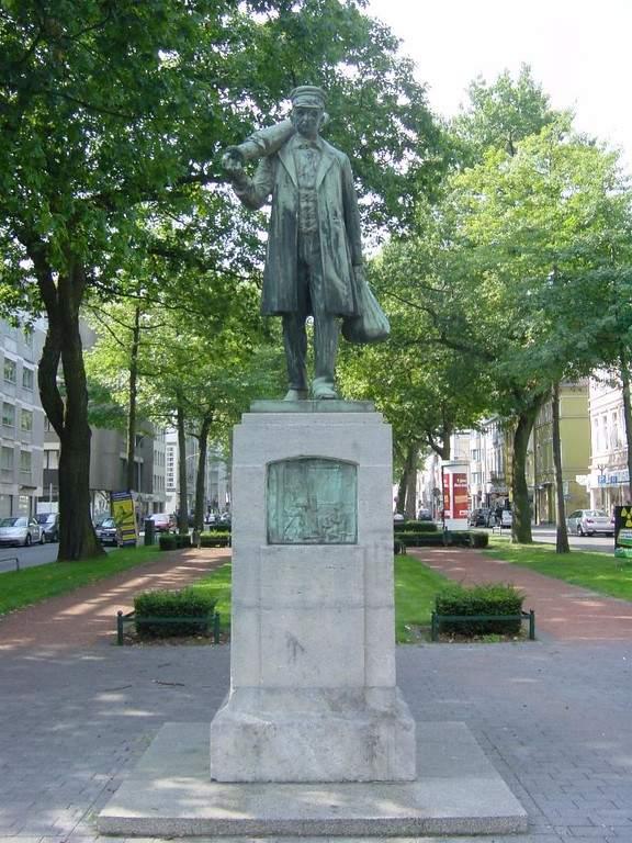 Estatua Meister Ponzelar que presenta un rollo de tela en el hombro en Krefeld