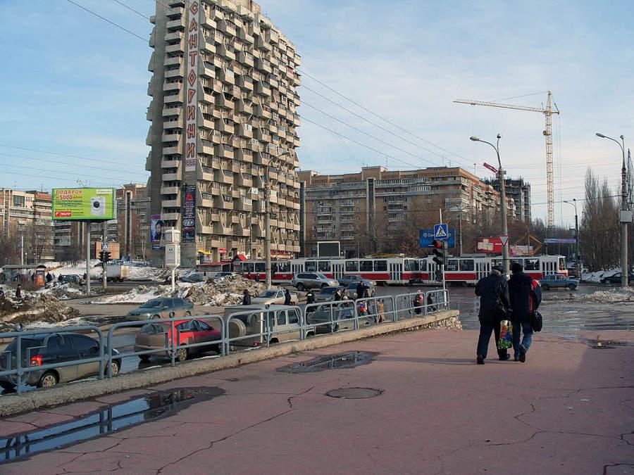 Camina por la calle Osipenko en la ciudad de Samara