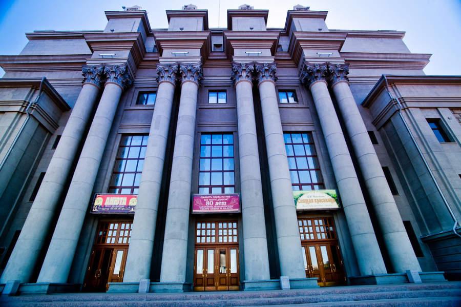 Conoce el Teatro Académico Estatal de Ópera y Ballet de Samara en la Plaza de Kuibyshev