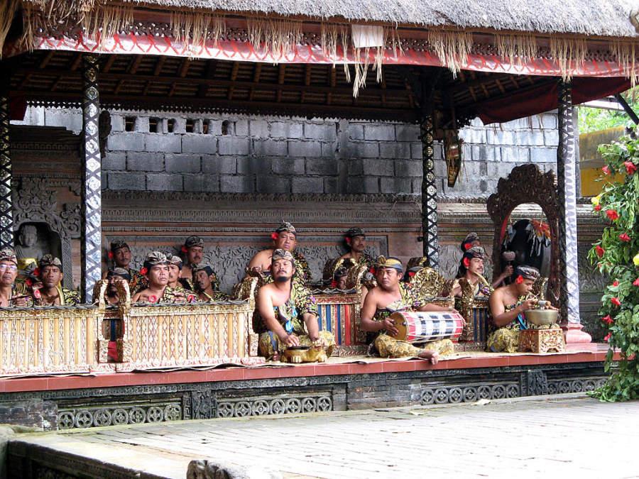 Presentación de la danza tradicional barong en la villa de Batubulan en el distrito de Gianyar