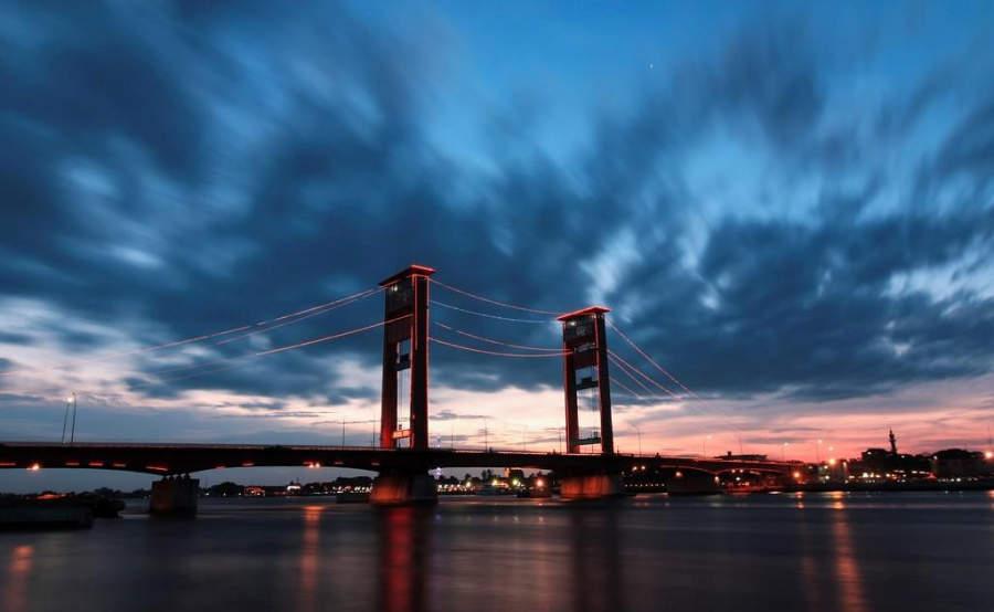 Vista nocturna del Puente Ampera