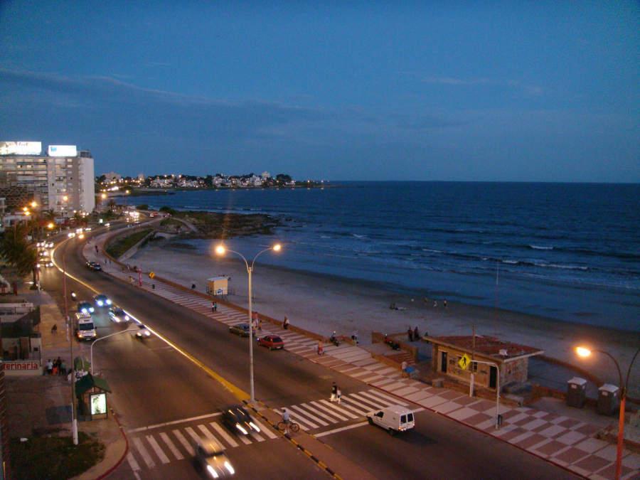 Avenida junto al mar en Montevideo