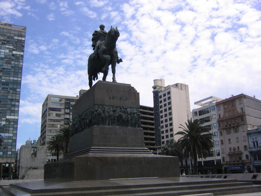 Famosa estatua de José Artigas en Montevideo