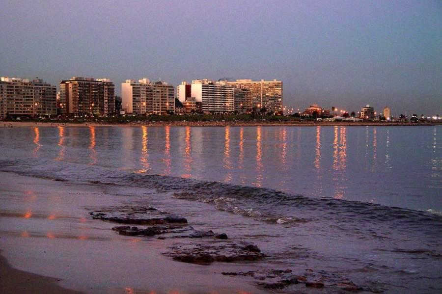 Atardecer en playa Pocito en Montevideo