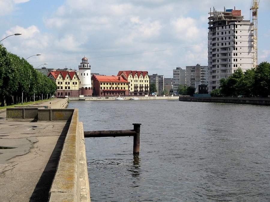 Edificios a orillas del río Pregel en Kaliningrado