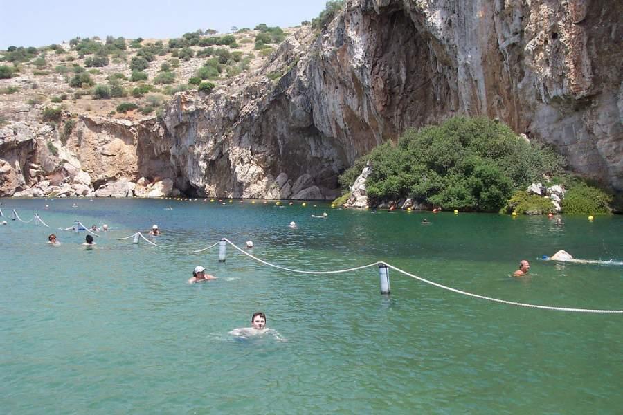 Las tibias aguas del lago de Vouliagmeni tienen fama de ser terapéuticas