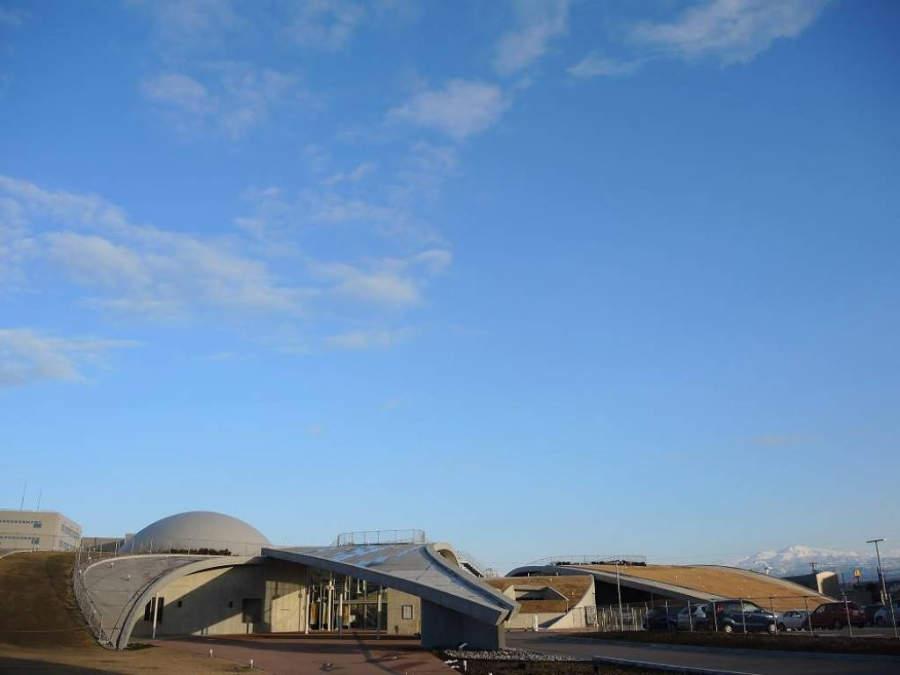 El museo Science Hills en Komatsu tiene un diseño futurista