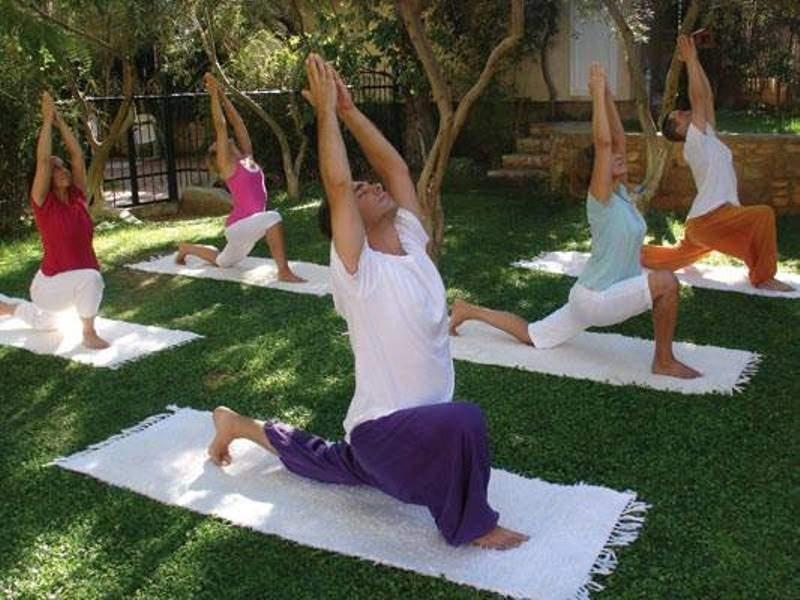 Haciendo yoga en el centro Satyanada en Paianía