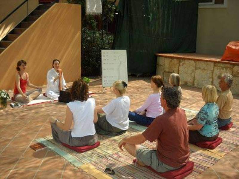 Sesión de yoga en el centro Satyanada