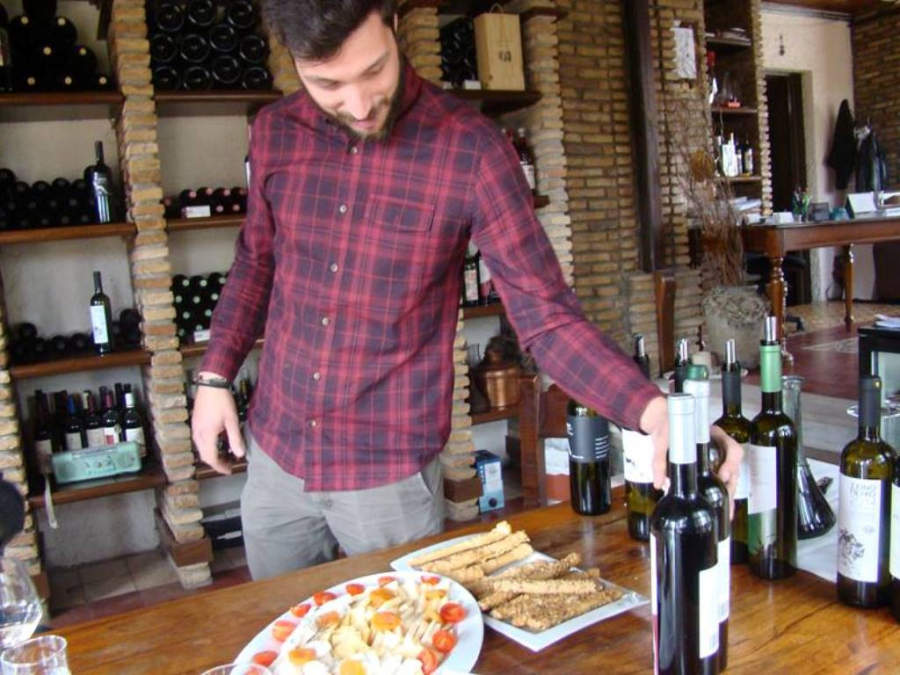 Aprovecha tu visita a los viñedos de Markou para degustar vinos