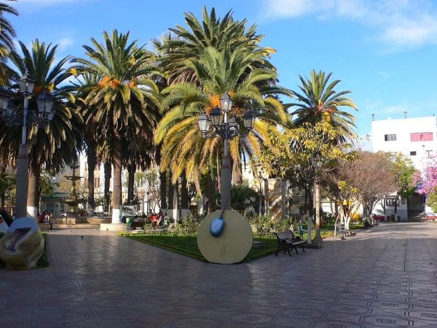 La Plaza de Armas Luis de Fuentes se ubica en el centro histórico de la ciudad