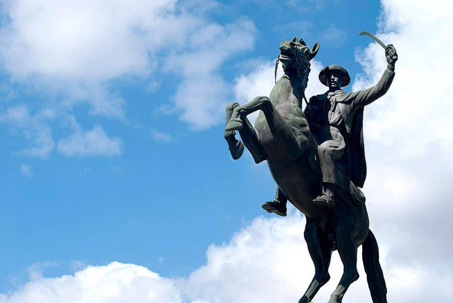 Estatua ecuestre de Eustaquio Méndez, líder guerrillero nacido en Tarija