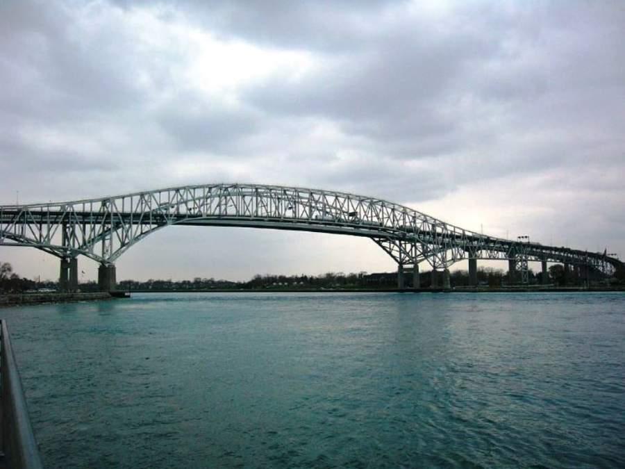 Puente que conecta a Sarnia con la ciudad norteamericana de Port Huron