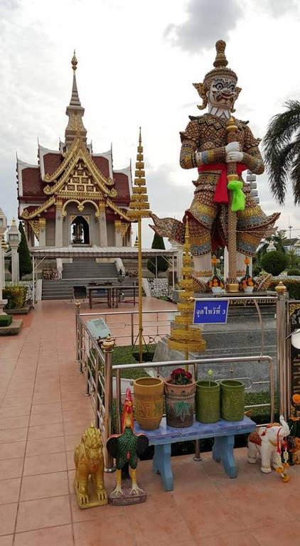 Imagen de una deidad en el Santuario Pillar con el templo al fondo