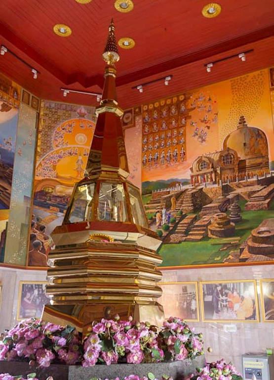 Interior del templo Wat Phothisomphon en Udon Thani