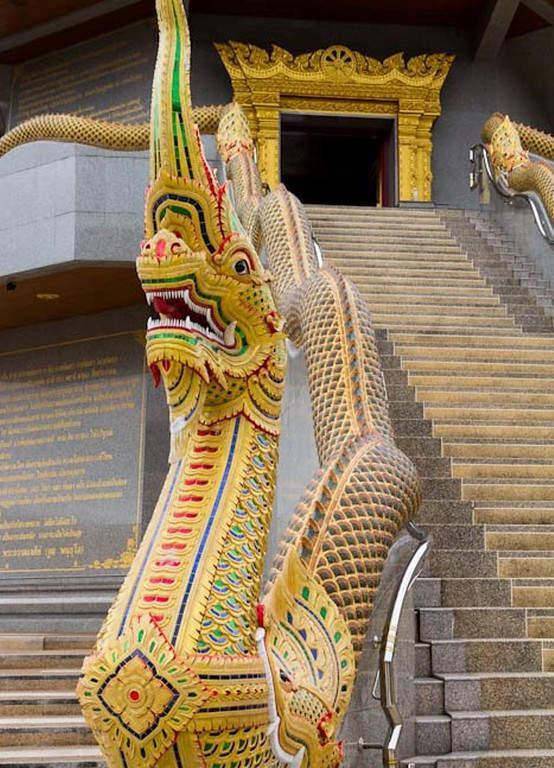 Dragón y escaleras del templo Wat Phothisomphon en Udon Thani