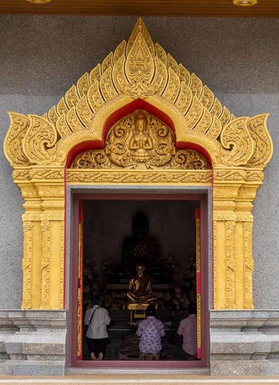 Entrada al templo Wat Phothisomphon