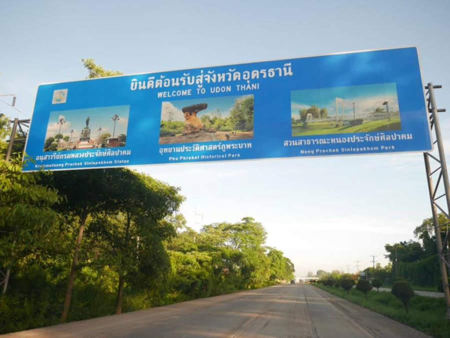 Letrero de bienvenida a Udon Thani en una carretera