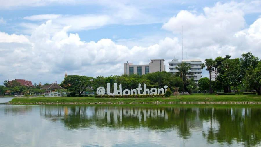 Lago en el Parque Nong Prajak en Udon Thani