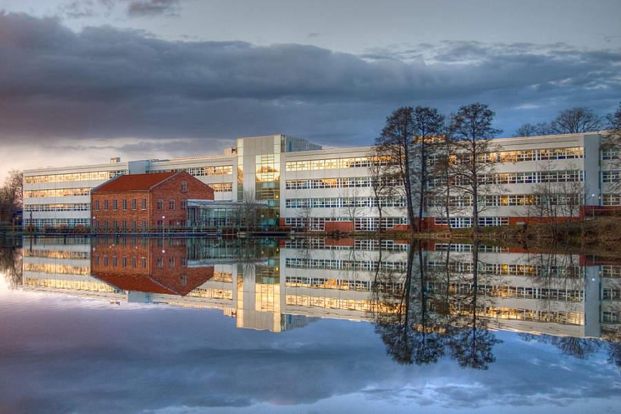 Edificio a orillas de uno de los canales de Linköping