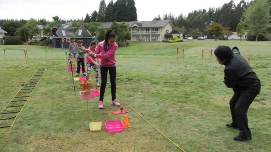 Niños jugando golf en el Wairakei Resort