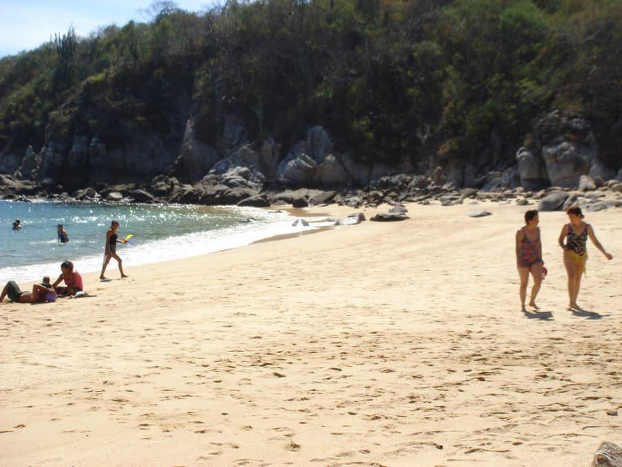 Playa Arrocito, una de las 36 playas en Huatulco
