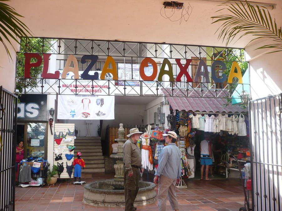 Plaza Oaxaca, sitio de venta de artesanías en el centro de Huatulco