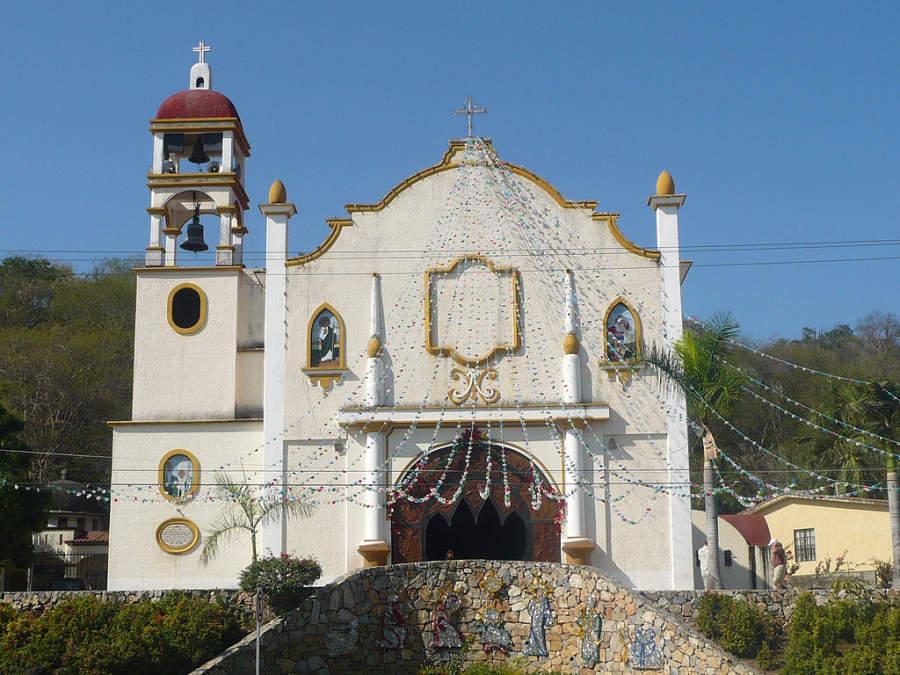 Fachada de la iglesia en la ciudad de La Crucecita, Huatulco