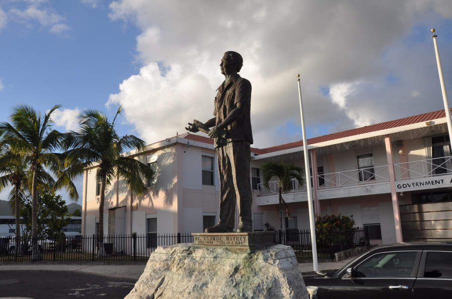 Estatua de Dr Claude Wathey en Philipsburg
