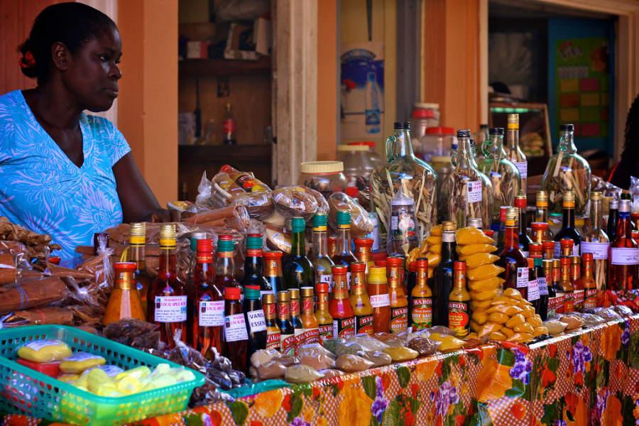 Exhibición de productos en el mercado de Castries, Saint Lucia