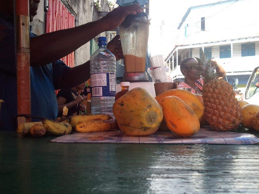 Puesto de jugos en Roseau, Dominica