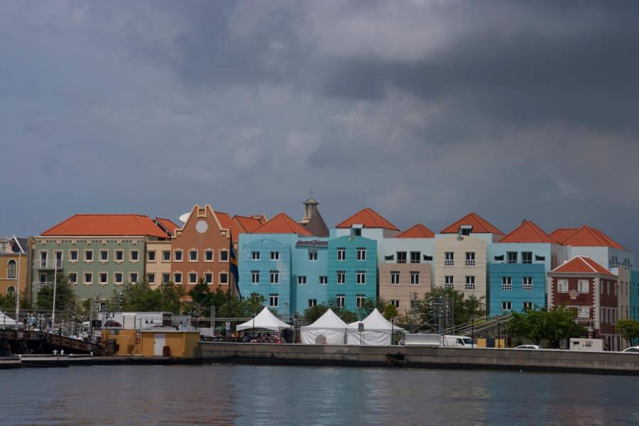 Coloridas edificaciones en Willemstad, Curazao