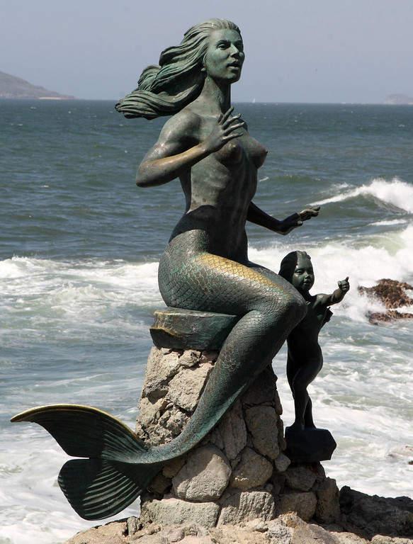 Mujer sirena en el malecón en Mazatlán