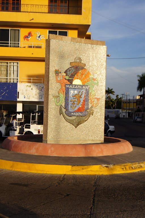 Escudo de Sinaloa en la playa Olas Altas en Mazatlán