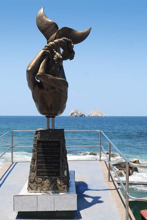 Escultura  Carpa Olivera en el malecón de la ciudad de Mazatlan