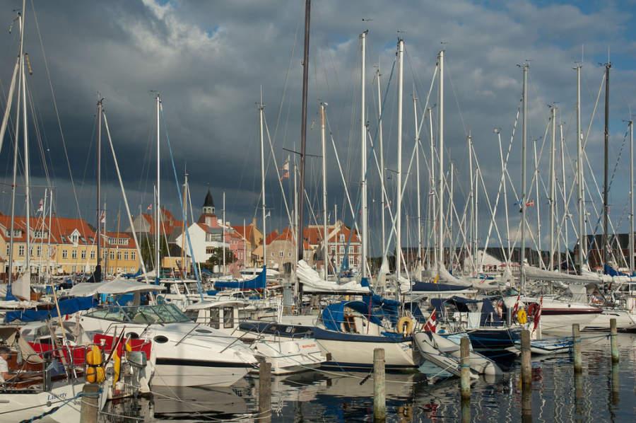 Yates y barcos en el puerto de Faaborg