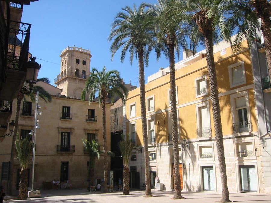 Plaza Santísima Faz en el casco antiguo de Alicante