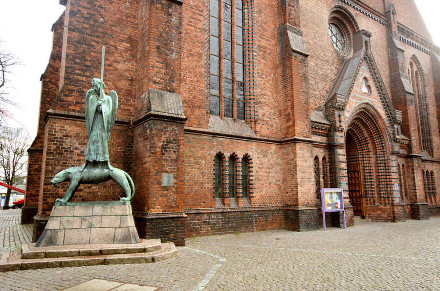 Geistkämpfer, escultura de Ernest Barlach fuera de la iglesia Nikolaikirche