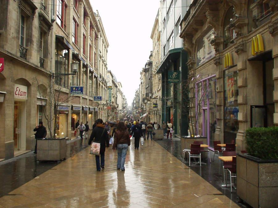 Calle en el área comercial de Burdeos