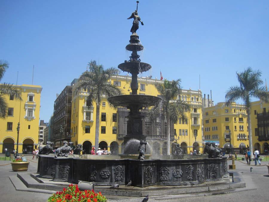 Fuente insignia de la Plaza de Armas en el centro de Lima