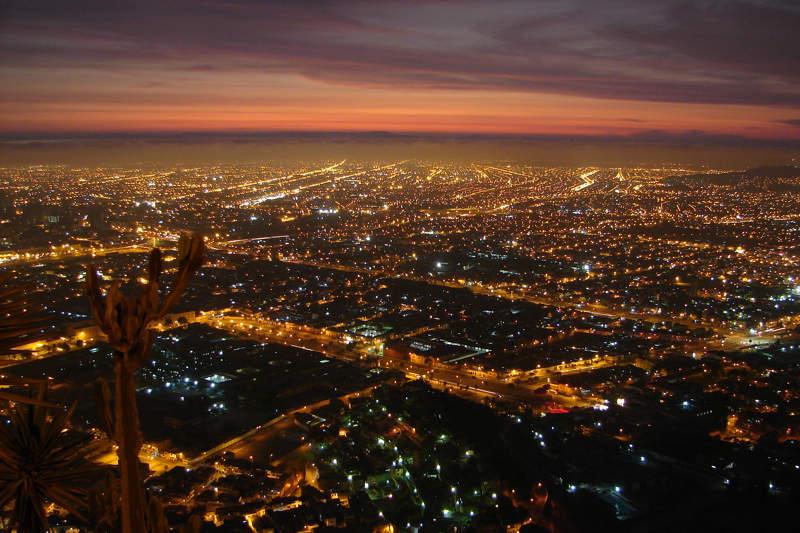 Vista panorámica de Lima en la noche desde el cerro San Cristóbal